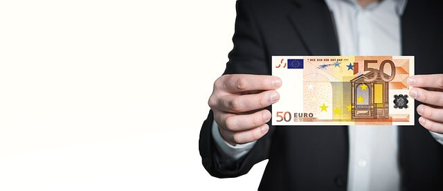 man holding a 50-Euro note